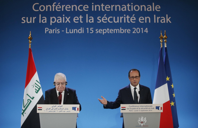 O presidente francês, François Hollande com o presidente iraquiano, Fuad Masum durante a conferência sobre a segurança no Iraque que aconteceu hoje, 15 em Paris.