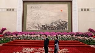 中国国家主席习近平和夫人彭丽媛在人民大会堂迎接参加一带一路的贵宾