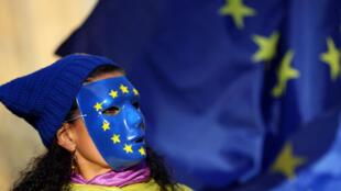 Участник манифестации против выхода Великобритании из ЕС у здания парламента в Лондоне, 13 сентября 2017.