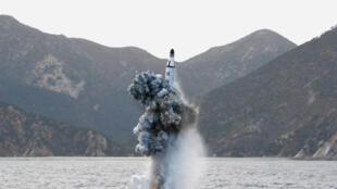 Prueba de un disparo de misil balístico desde un submarino en Corea del Norte (foto de archivo).