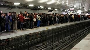巴黎北站地铁站月台受罢工影响的乘客  2019年9月13日