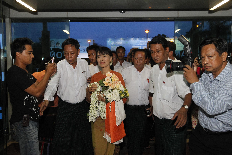 Kiongozi wa Upinzani nchini Myanmar Aung San Suu Kyi akiwasili Uwanja wa Ndege wa Bangkok, Thailand