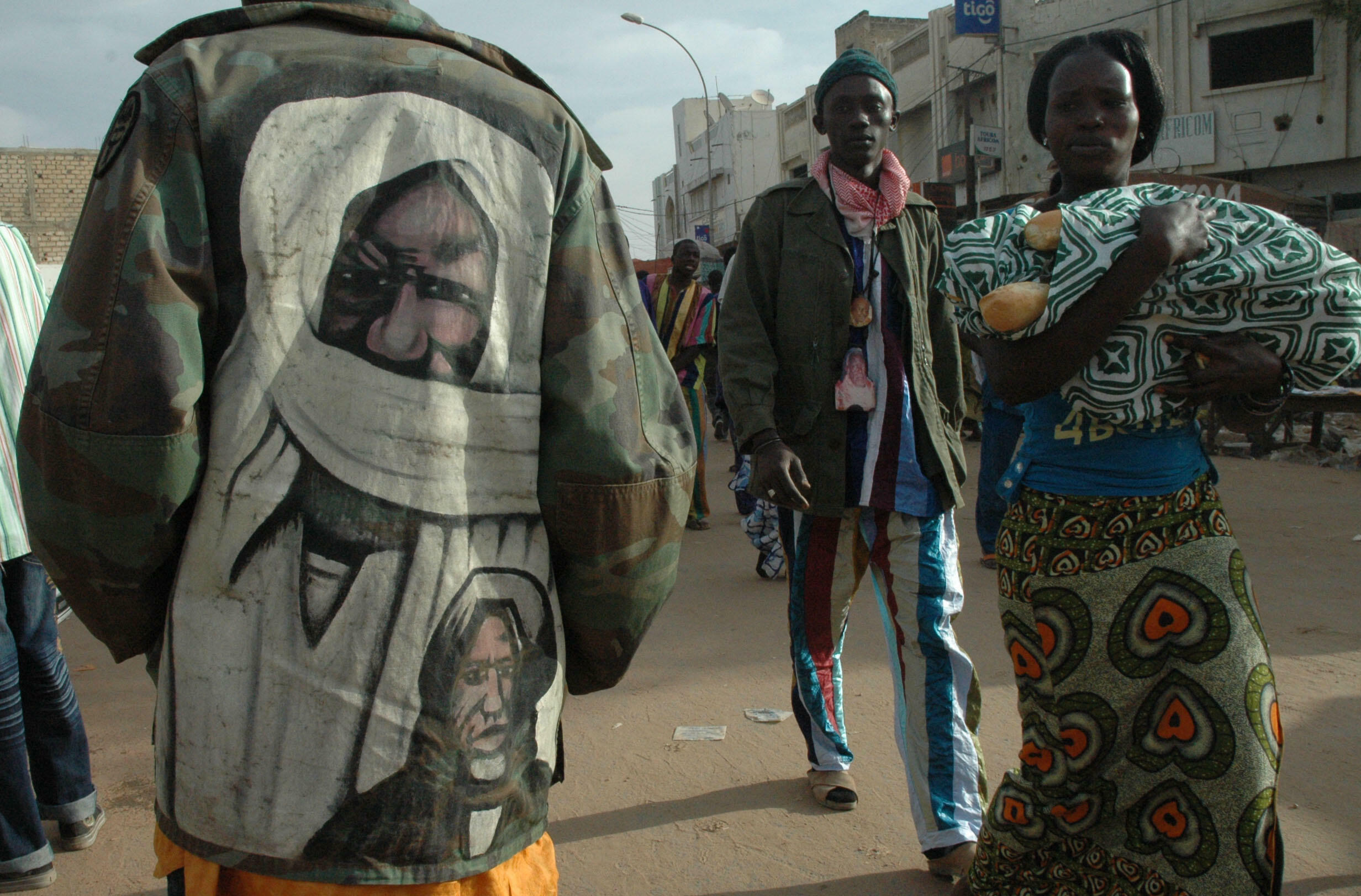 Cheikh Ahmadou Bamba, le fondateur de la confrérie sur la veste d'un pèlerin. Le Grand Magal commémore son départ en exil au Gabon en 1895.
