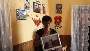 Erzsebet Csorba mostra a fotografia de seus dois filhos mortos durante ataques neonazistas ocorridos em Budapeste, em 2008 e 2009.