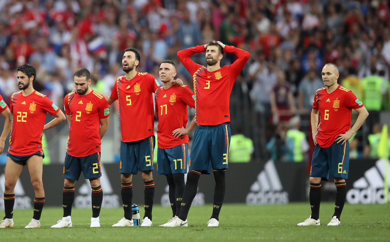 Los jugadores de España abatidos tras perder la tanda de penaltis frente a Rusia, este domingo 1 de julio.
