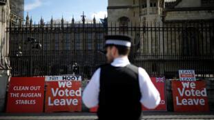 Des affiches en faveur du Brexit devant le Parlement britannique à Londres, le 26 mars 2019.