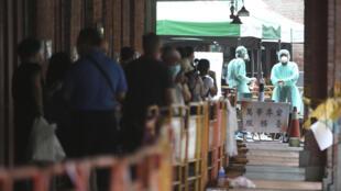 2021年5月18日,台北市將COVID-19警報提升至3級,人們在冠狀病毒快速檢測中心排隊檢測。