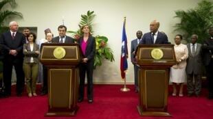 Cristian Pedro Barros (g), président du Conseil de sécurité des Nations unies et Michel Martelly, président haïtien, le 23 janvier 2015 à Port-au-Prince, en Haïti.