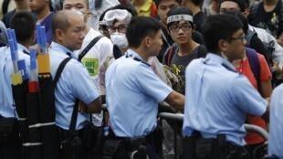 Policiais protegem entrada da sede do poder Executivo de Hong Kong.