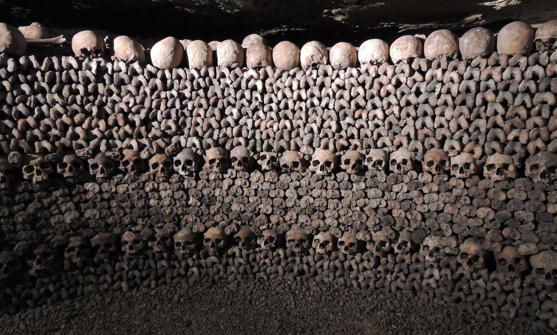 Bên trong hầm mộ Catacombes, quận 14, Paris.