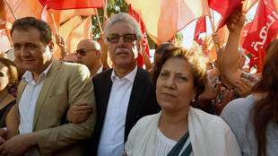 Hamma Hammami, porte-parole du Front populaire aux côtés de sa femme, l'avocate Radhia Nasraoui lors d'une manifestation anti-corruption à Tunis en juillet 2016.
