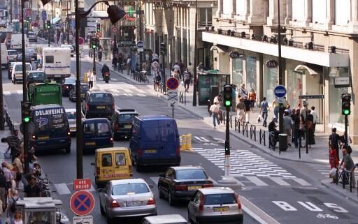 Trânsito na rua de Rivoli, centro de Paris. Foto do 23/08/01