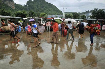 Người dân tản cư lánh nạn trước các trận xung đột giữa chính quyền và lực lượng phiến quân Kokang - Reuters