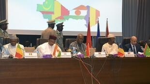 De g. à d.: Ibrahim Boubacar Keïta (Mali), Mahamadou Issoufo (Niger), Roch Marc Christian Kaboré (Burkina Faso), Idriss Déby (Tchad) et Mohamed Ould Cheikh Mohamed Ahmed Ould Ghazouani (Mauritanie), à Niamey, le 15 décembre 2019.