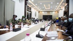 Wawakilishi wa CNSP, kundi la jeshi linaloshikilia madaraka nchini Mali, wakati wa mkutano na ujumbe kutoka ECOWAS Agosti 22 (picha ya kumbukumbu)