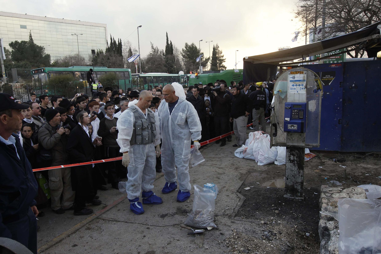 Les experts de la police scientifique israélienne sur les lieux de l'attentat à Jérusalem, le 23 mars 2011.