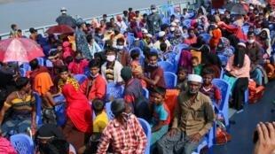Refugiados Rohingyas no navio que os transportou rumo à ilha de Bhasan Char, neste dia 4 de Dezembro de 2020.