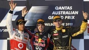 O pódio do GP da Austrália: Lewis Hamilton (esq.), 2° colocado, o vencedor Sebastian Vettel (centro), e o russo Vitaly Petrov (dir.), 3° colocado na prova.