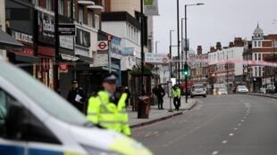 A polícia é vista perto de um local onde um homem foi baleado por policiais armados em Streatham, sul de Londres, Grã-Bretanha, 2 de fevereiro de 2020.