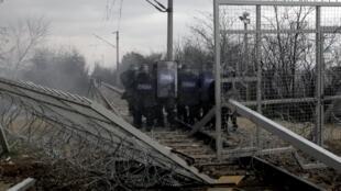 29 февраля на греко-македонской границе мигранты предприняли попытку прорвать пограничное заграждение, после чего полиция Македонии применила слезоточивый газ.