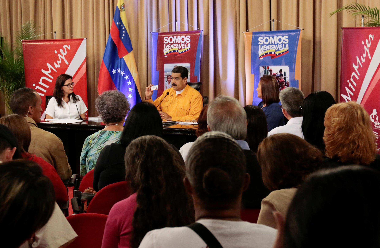 Tổng thống Venezuela nói chuyện với những người ủng hộ chính sách của chính phủ. Ảnh ngày 11/07/2017, tại dinh tổng thống Miraflores.