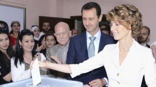 Bachar el-Assad na mkewe Asma el-Assad wakipiga kura jiji Damascua Juni 3 2014 katika uchaguzi wa rais