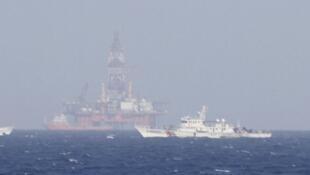 Giàn khoan Hải Dương 981 (ở giữa) trên Biển Đông, trong khu vực thềm lục địa Việt Nam. Ảnh chụp ngày 14/05/2014.