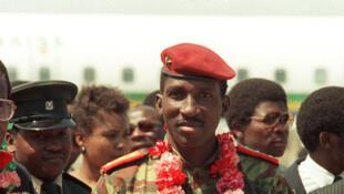 Thomas Sankara (au centre), chef d'Etat de Burkina Faso, arrive le 31 août 1986 à Harare, pour le 8e Sommet des Pays non-alignés.