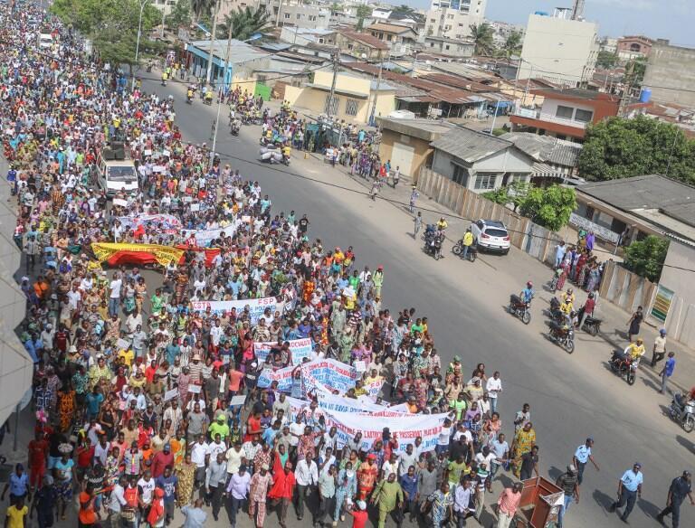Des manifestants défilent dans une artère de Cotonou le 9 mars 2018. Le front social est tendu depuis plusieurs mois au Bénin.
