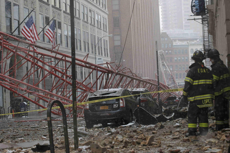 Grua esmagou vários carros no sul de Manhattan.