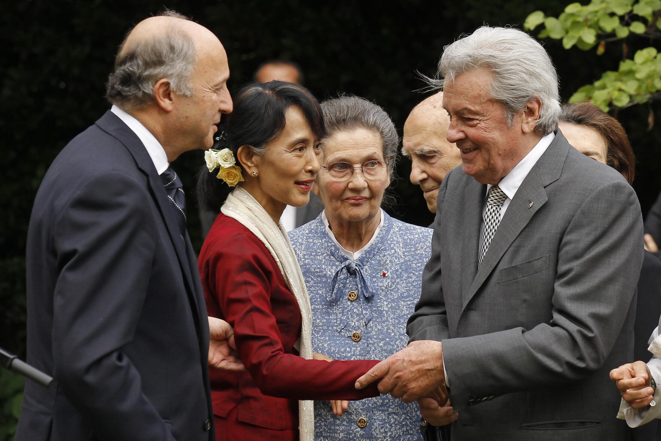 Đối lập Aung San Suu Kyi và Ngoại trưởng Pháp (trái) cùng nam diễn viên Alain Delon. Paris ngày 27/06/2012