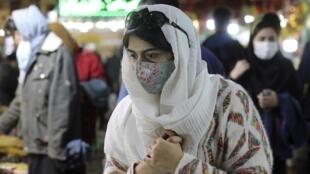Une femme portant un masque pour se protéger du virus dans le bazar traditionnel Tajrish dans le nord de Téhéran, le jeudi 15 octobre 2020.