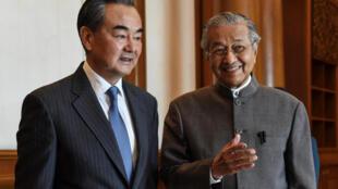 Ngoại trưởng Trung Quốc Vương Nghị ( trái ) và thủ tướng Malaysia Mahathir Mohamed tại Putrajaya ngày 01/08/2018.