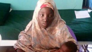 Photo d'Amina et son bébé de quelques mois prise par l'armée à Maiduguri.