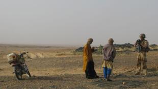 Au Mali, contrôles de civils près de la frontière algérienne. Les soldats de Barkhane cherchent des combattants des groupes jihadistes Ansar Dine et Aqmi (illustration).