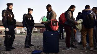 Operação policial em Paris retira das ruas 1,6 mil migrantes que acampavam na zona norte da capital francesa.