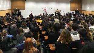 Assembleia geral de estudantes na Universidade de Nanterre contra a alta da matrícula para estrangeiros.