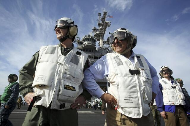 Bộ trưởng Quốc phòng Mỹ Leon Panetta (phải) thăm tàu sân bay USS Enterprise, 21/01/2012