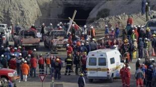Samedi 7 août 2010, des secouristes qui cherchaient à accéder aux mineurs piégés dans une  mine de Copiapo ont été bloqués par de nouveaux éboulements, faisant avorter une tentative de sauvetage.