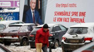 Портрет президента Молдовы Игоря Додона в центре Кишинева
