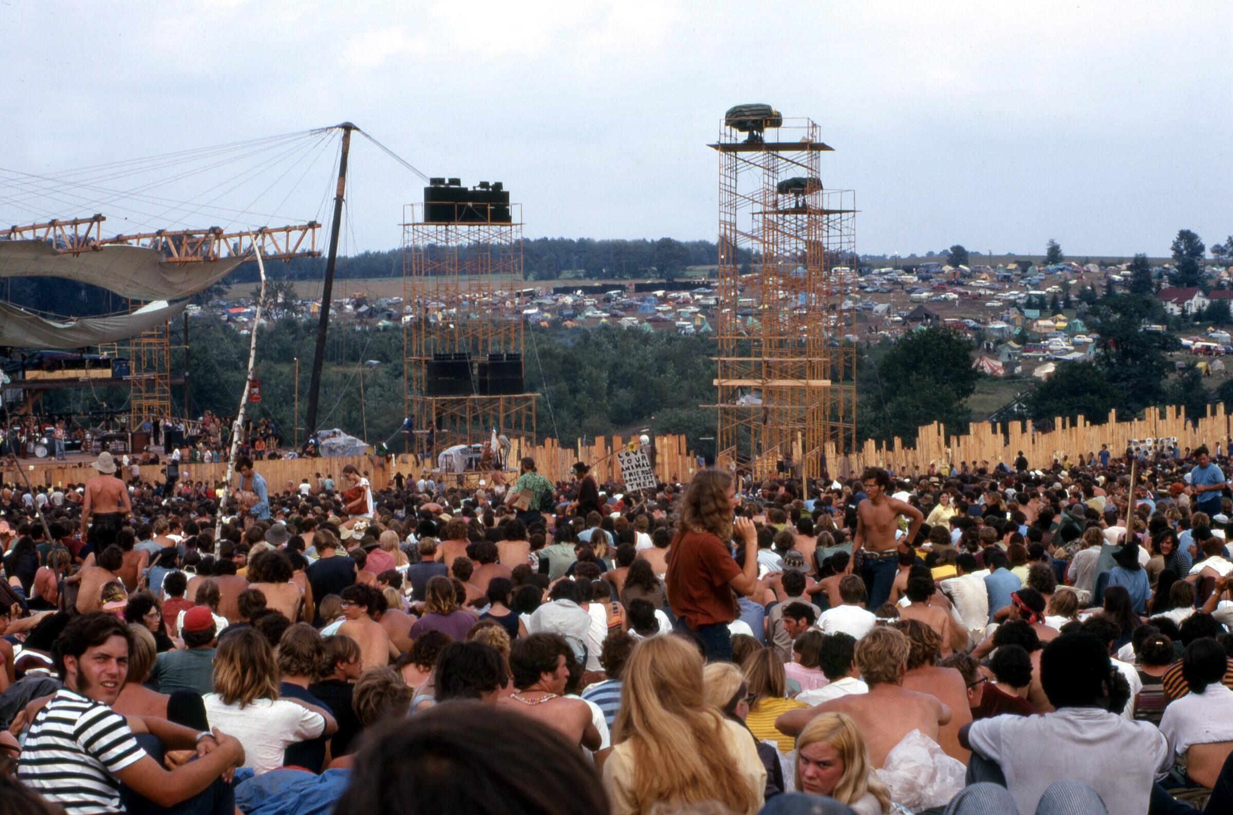 Cảnh tượng người chen chúc theo dõi các chương trình biểu diễn tại lễ hội Woodstock năm 1969.