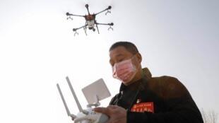 Um residente usa um drone para pulverizar desinfetante em uma vila em Pingdingshan, no centro da província de Henan, China, durante o surto do vírus na cidade de Wuhan, Hubei. 31/01/2020