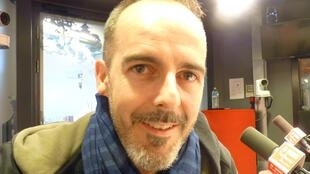 El actor y director de teatro Joan Mompart en los estudios de RFI en París.