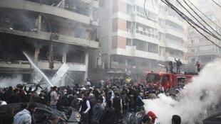Bomberos intentan apagar las llamas tras el ataque en el sur de Beirut, el 2 de enero de 2014.