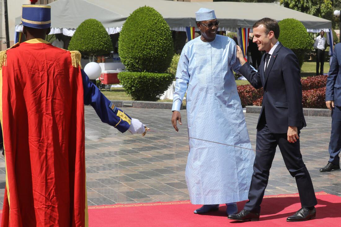 Le président tchadien Idriss Déby accueille Emmanuel Macron lors de son arrivée pour rencontrer les forces françaises de l'opération Barkhane au palais présidentiel à Ndjamena le 23 décembre 2018.
