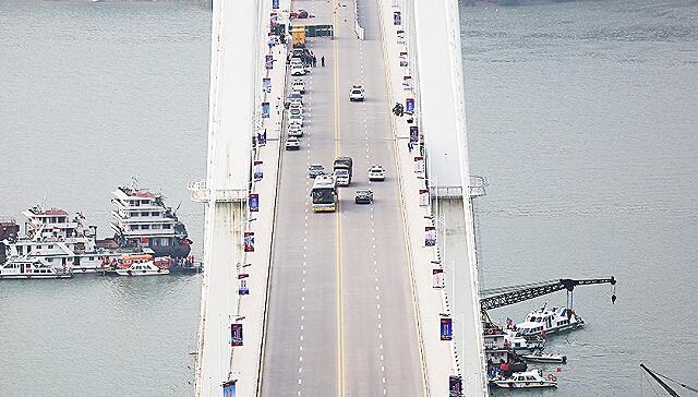 圖為重慶萬州公共汽車墜江的大橋俯瞰