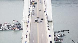 图为重庆万州公共汽车坠江的大桥俯瞰