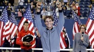 O espanhol Rafael Nadal venceu Novak Djokovic e conquistou o troféu do US Open.