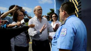 Le journaliste Carlos Fernando Chamorro, critique du régime Ortega face à un policier alors que son journal Confidencial a été perquisitionné, le 15 décembre 2018.