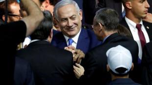 Correligionários do primeiro-ministro Benjamin Netanyahu comemoram a vitória da direita nas legislativas de terça-feira (9) em Israel.